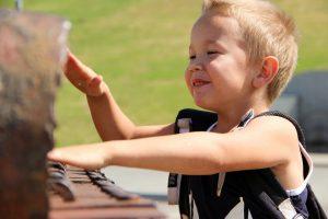 jongetje aan het piano leren spelen